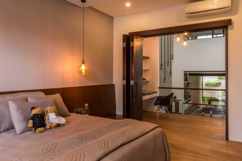 Warna hangat cat interior Budisari Residence karya Archid Design & Build [Sumber: arsitag.com]