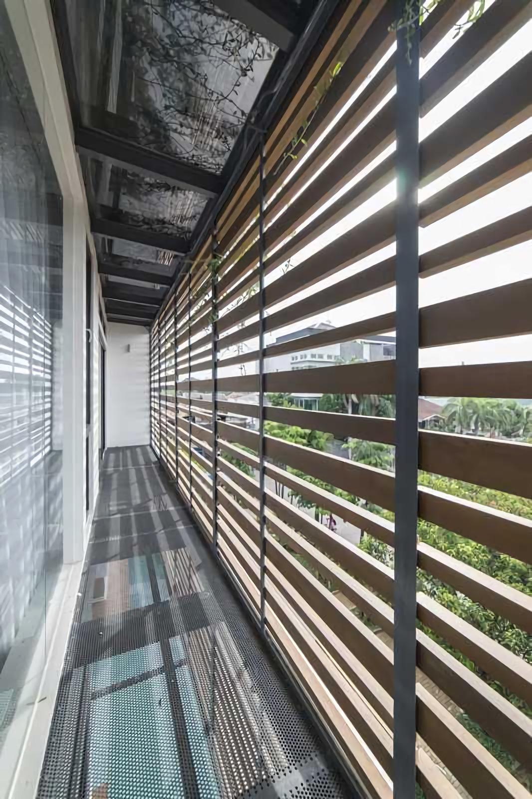 Posisi YN House berada di hoek dengan bagian sisi panjang rumah menghadap ke Barat. Untuk mengantisipasi dampak matahari sore yang panas menyengat, HYJA memanfaatkan balok kayu yang disusun tidak beraturan untuk menimbulkan efek teduh ke dalam ruangan. Selain segi fungsional, balok kayu ini menjadi bagian elemen estetika yang membuat eksterior bangunan tidak terlihat monoton.