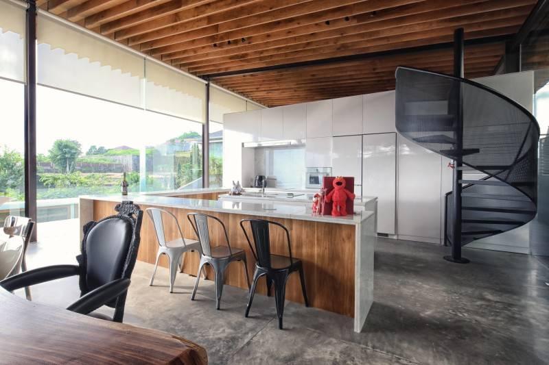 Reva House tampil dengan keseluruhan desain yang serba minimalis. Tak terkecuali dapur island-nya yang hanya mengandalkan warna-warna natural dan hitam putih.