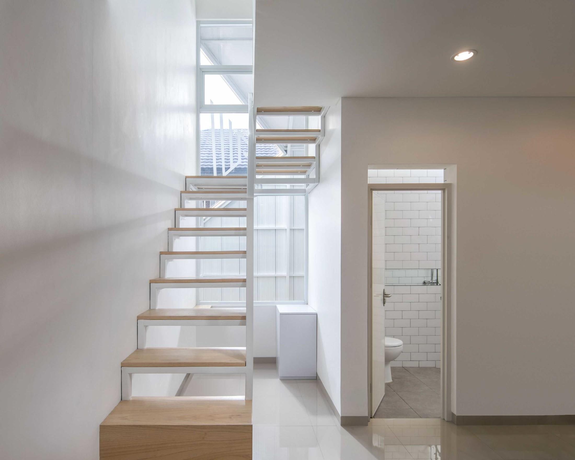 Bagian tangga harus terang untuk segi keamanan dan kesehatan (Sumber: arsitag.com)