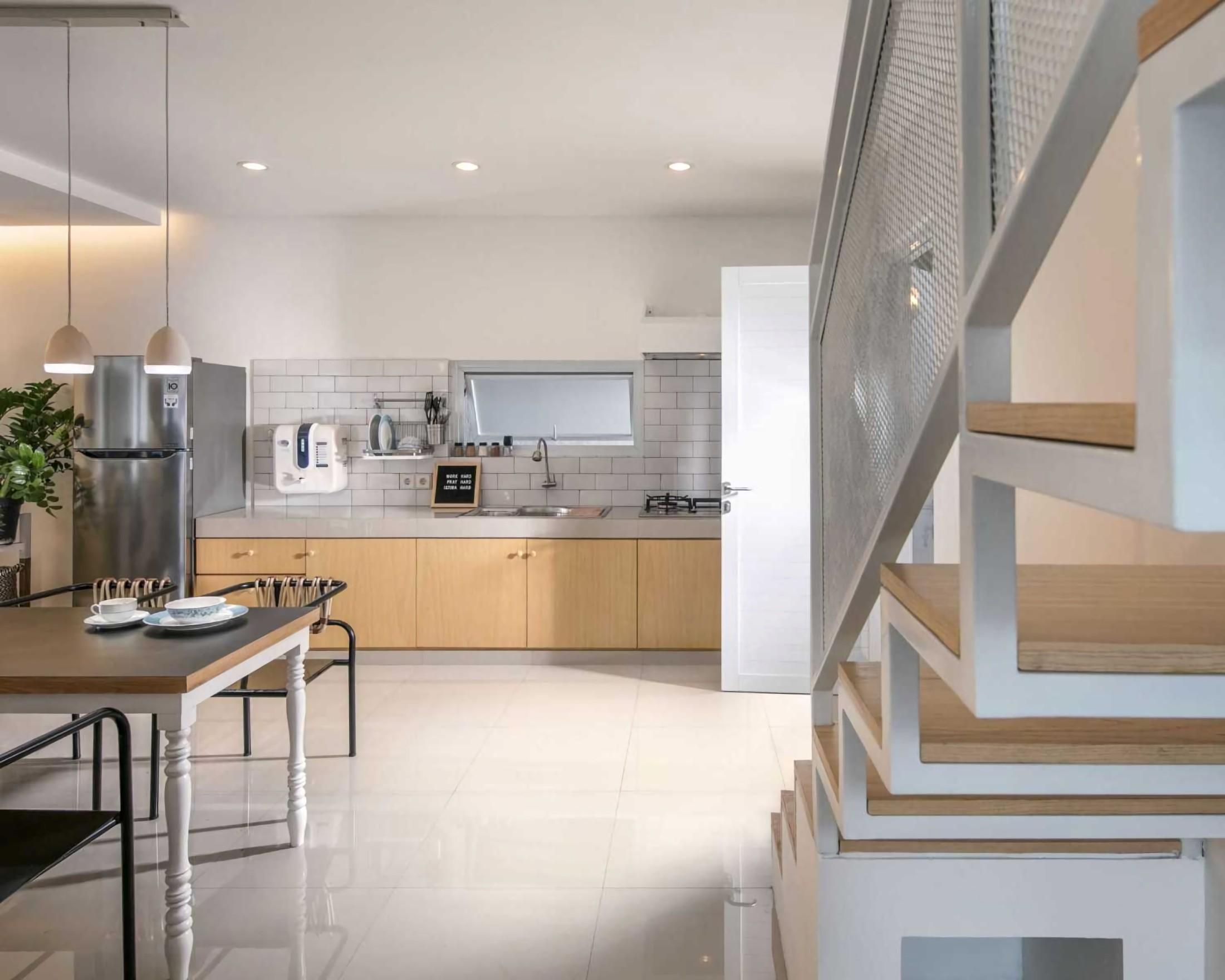 Jendela di dinding dapur untuk pencahayaan dan sirkulasi udara saat memasak (Sumber: arsitag.com)