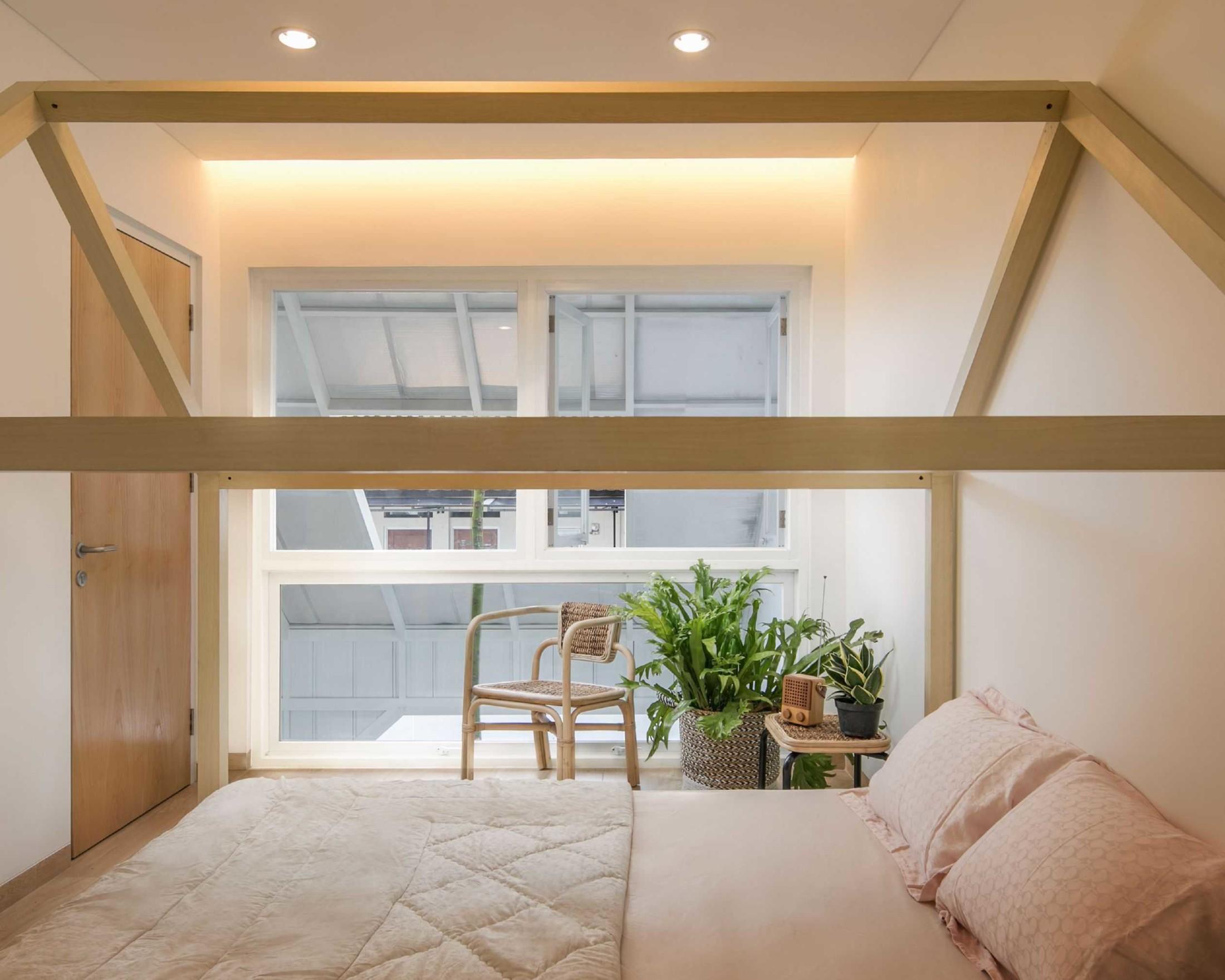 Cahaya tidak langsung agar suhu kamar tidur lebih nyaman (Sumber: arsitag.com)