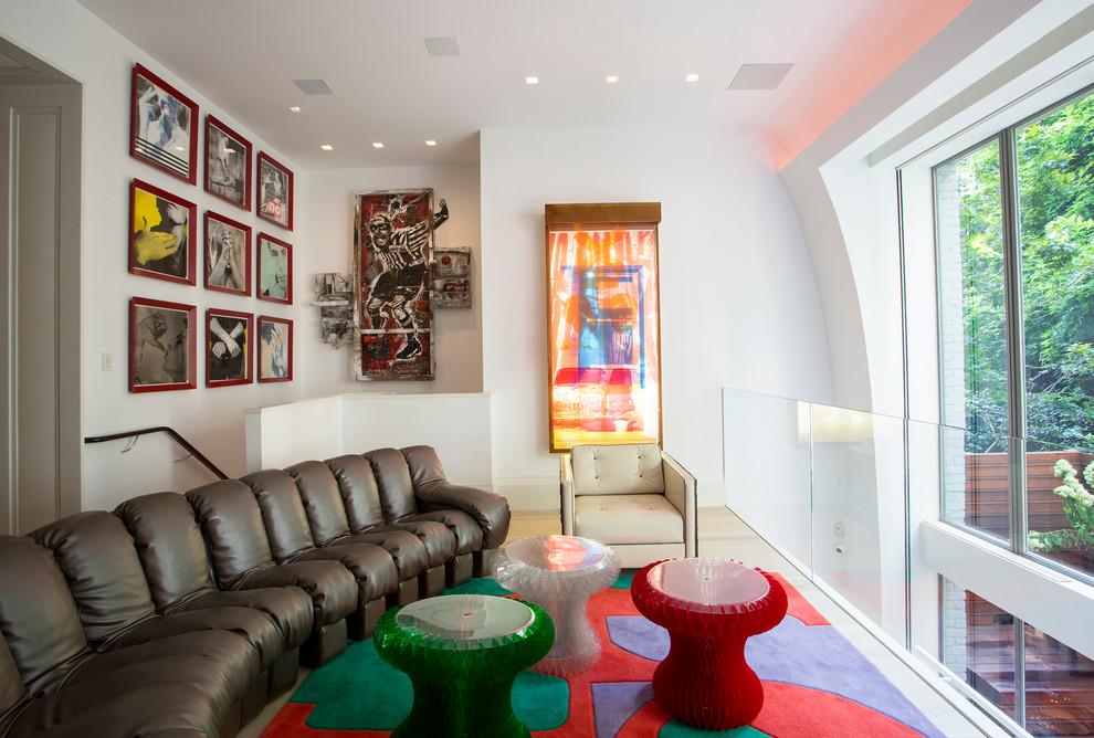 Ruang tamu warna-warni dengan gaya ekletik yang unik (Sumber: dwellingdecor.com)