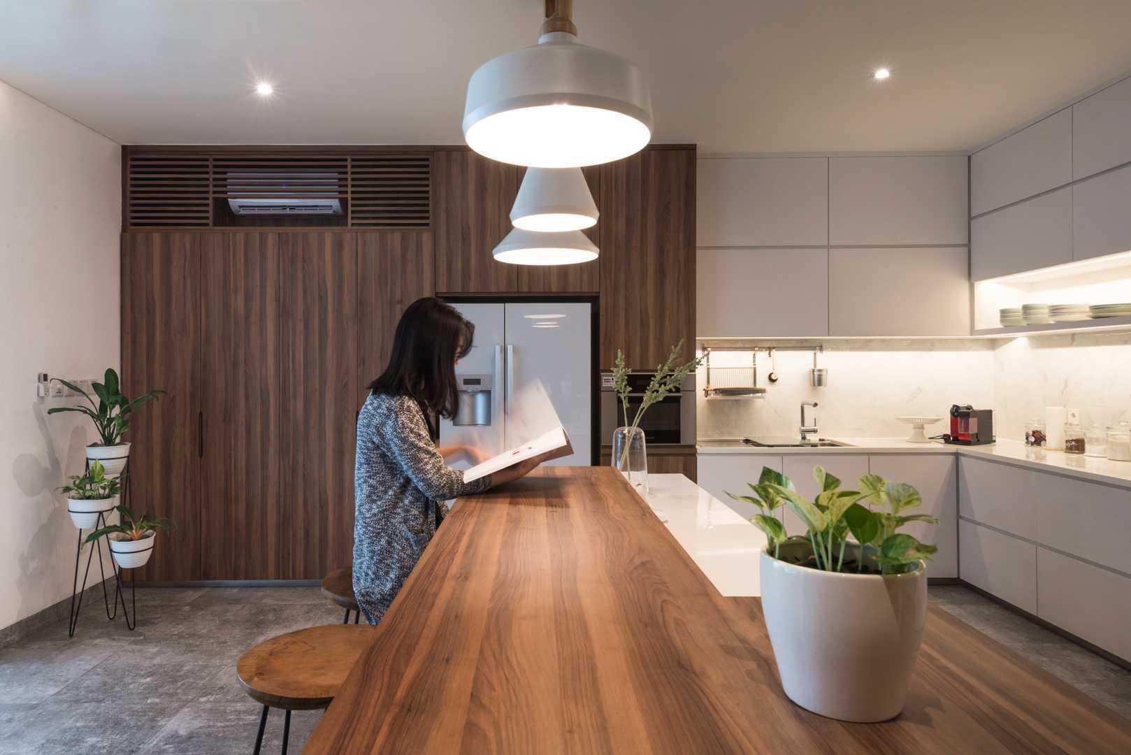 Kitchen island yang simple, fungsional, namun elegan (Sumber: arsitag.com)