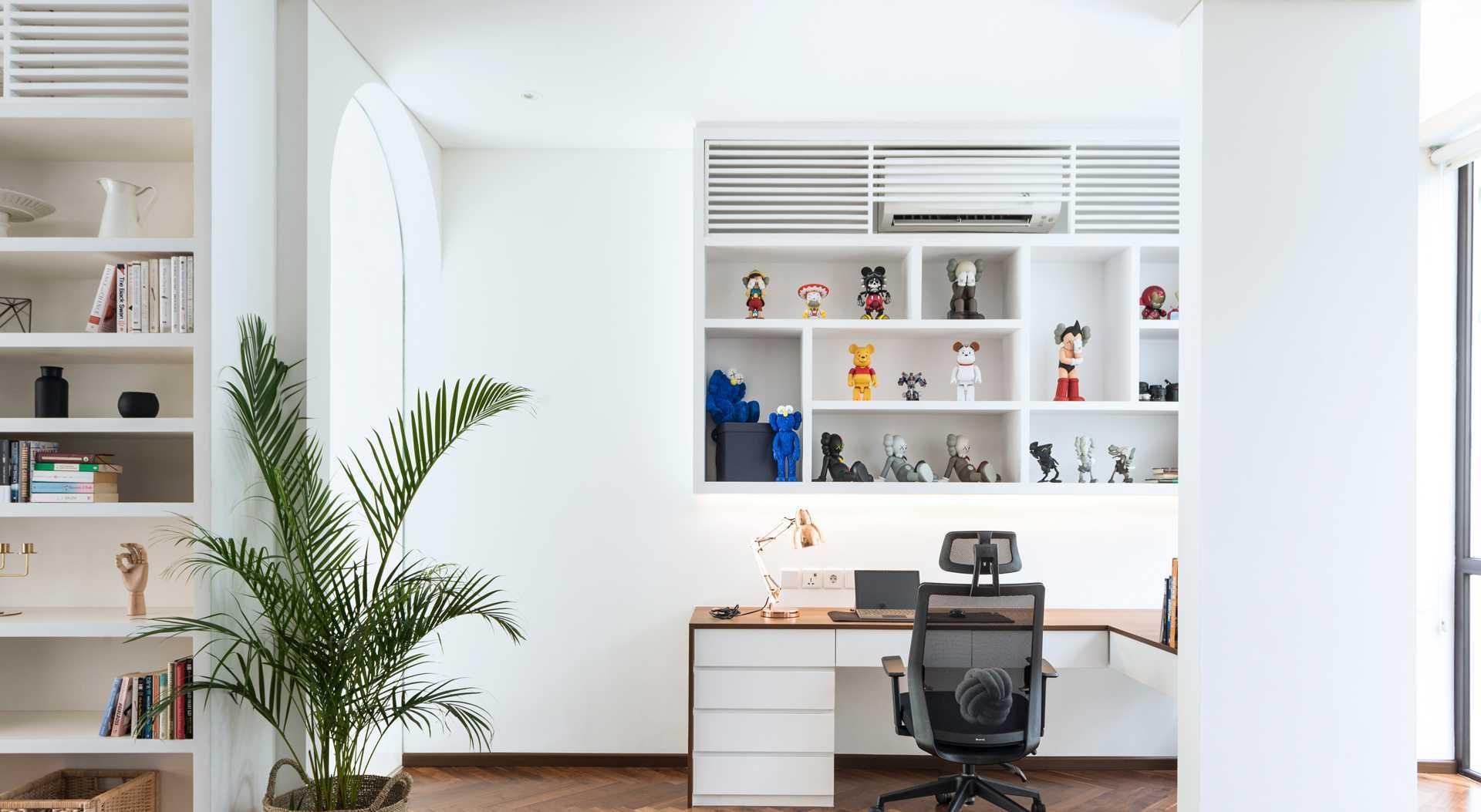 Ruang kerja dengan isi rak dinding sebagai sumber inspirasi (Sumber: arsitag.com)