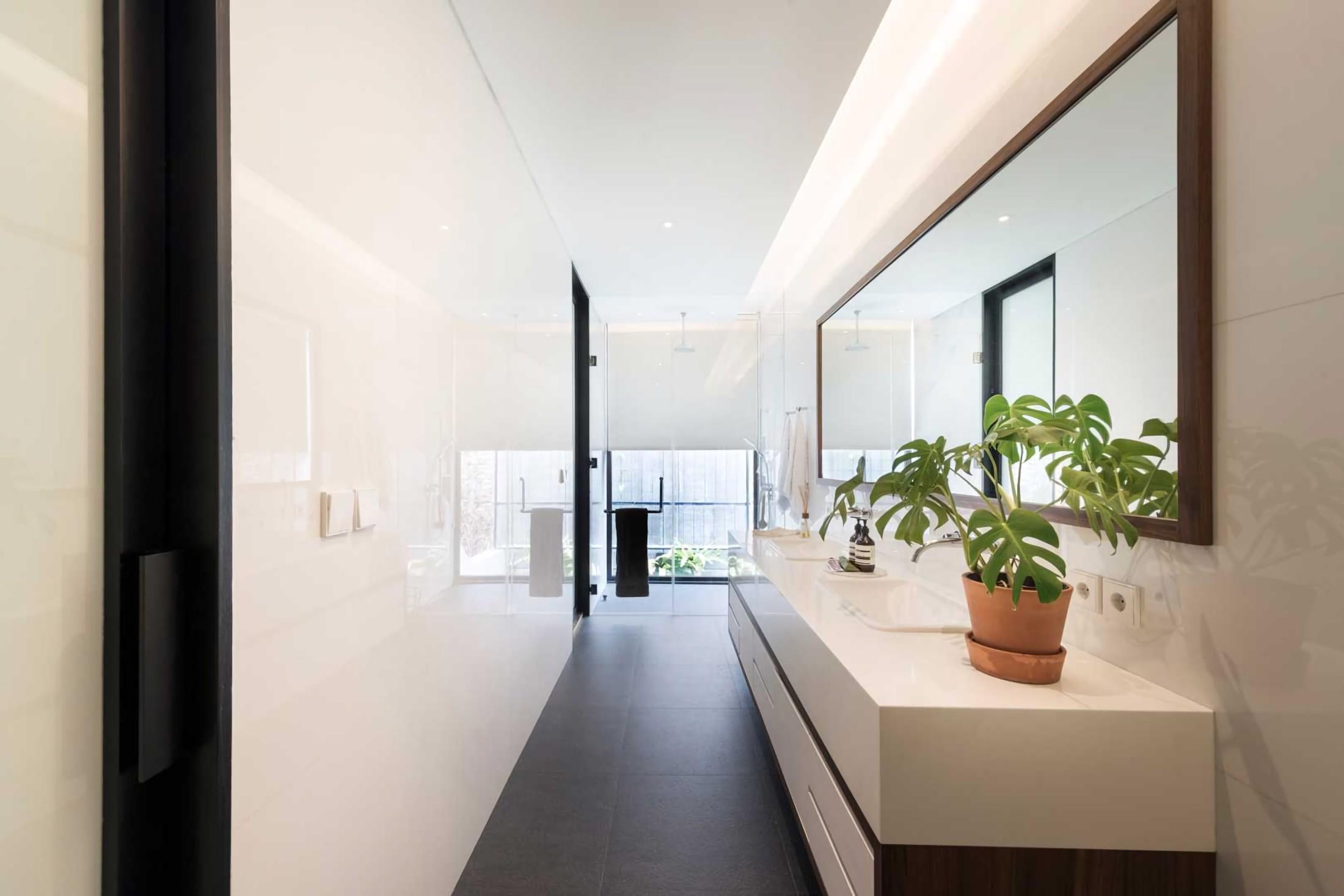 Efek pantulan membuat kamar mandi terkesan lebih leluasa (Sumber: arsitag.com)