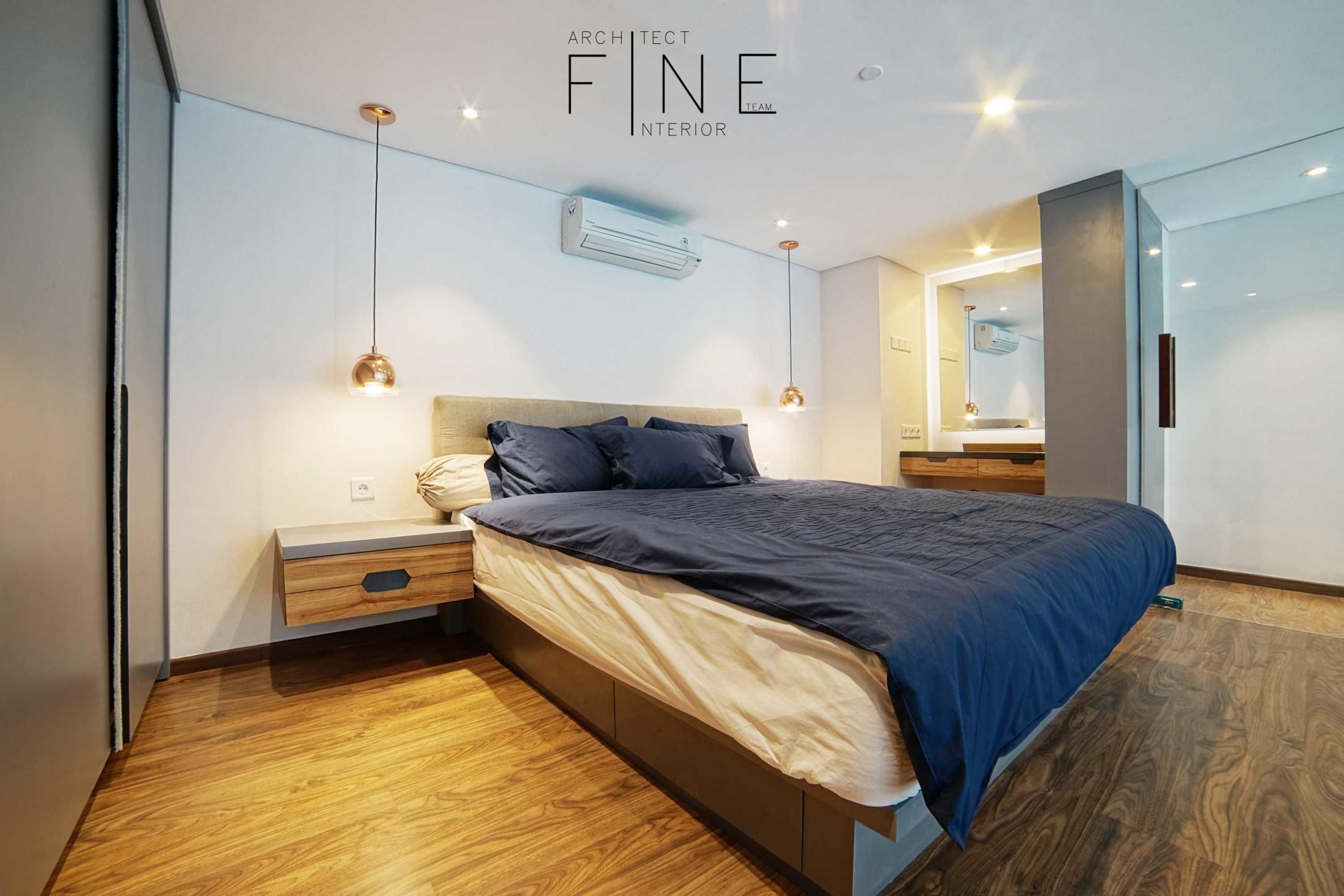 Tata lampu yang simple namun fungsional membuat kamar tidur Brooklyn Soho Apartement tampil elegan (Sumber: arsitag.com)