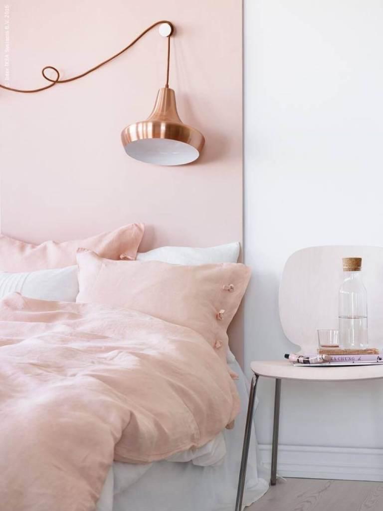 Salah satu asesoris rumah yang bisa Anda beri sentuhan warna rose gold adalah lampu. Baik model lampu gantung atau lampu lantai, semuanya akan tampak lebih elegan jika dicat dengan warna paduan merah muda dan emas ini. Anda bisa menambahkannya ke kamar tidur agar terlihat semakin mewah.