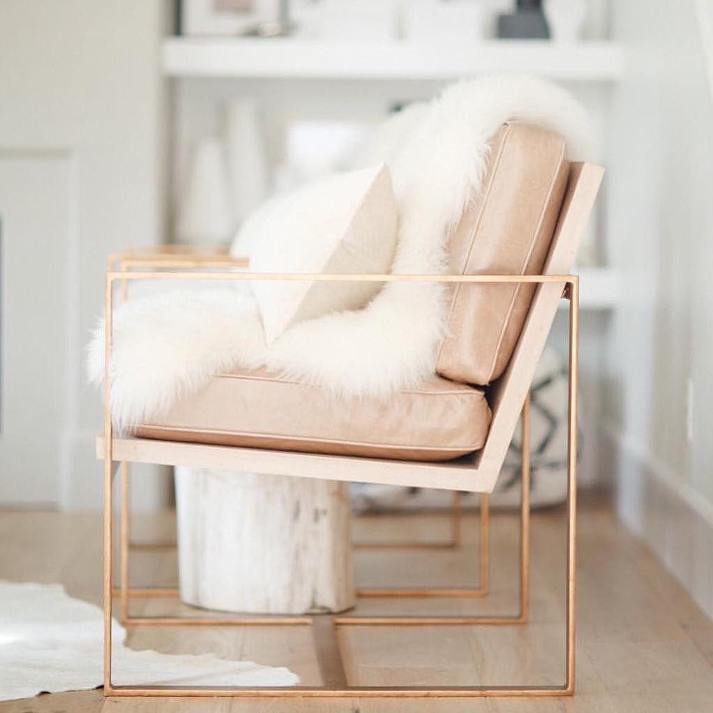 Coba hitung ada berapa banyak kursi yang ada di dalam rumah Anda. Semuanya bisa Anda beri sentuhan warna merah emas yang cantik ini. Mulai sofa, meja makan, hingga kursi di teras rumah.