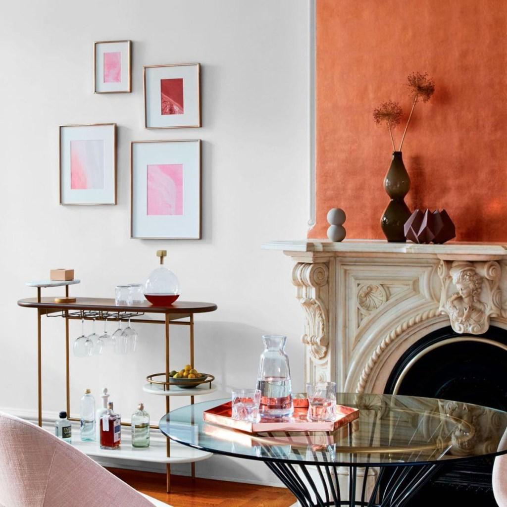 Menghias dinding dengan bingkai masih menjadi cara mempercantik rumah yang sering dilakukan orang sampai sekarang. Ketimbang memilih yang hitam dan tampak terlalu polos, foto keluarga atau lukisan koleksi Anda akan tampil semakin cantik dengan bingkai rose gold.