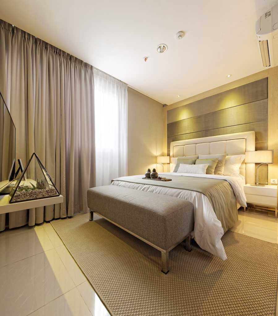Gorden dengan warna netral dan monokromatik untuk kamar tidur,