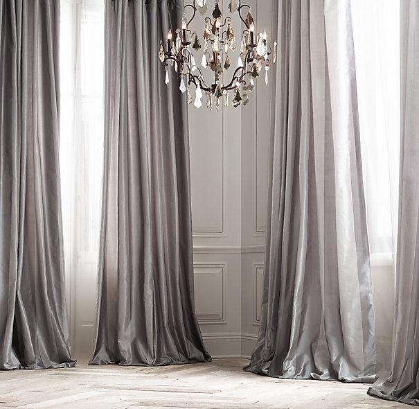 Sesuaikan jenis kain dengan ruangan. Kain gorden untuk kamar tidur anak pastinya berbeda dengan gorden untuk ruang makan Anda. Padukan jenis kain dengan warna dan pola yang tepat untuk mendapatkan hasil yang Anda inginkan.