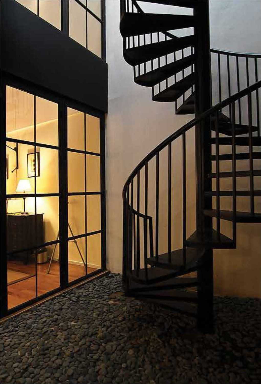 Butuh tangga untuk dipasang di luar rumah? Coba tiru desain spiral yang diterapkan oleh desainer Saman House at Pantai Indah Kapuk ini. Tangga outdoor biasanya menggunakan bahan besi agar lebih tahan cuaca. Gunakan cat anti karat agar tangga tidak cepat rusak.