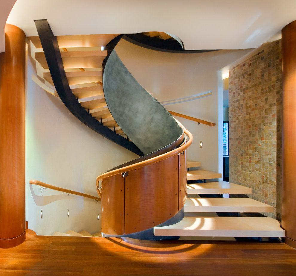 Tangga yang didesain dengan model heliks ganda ini tampil sangat fantastis dan sempurna untuk rumah mewah Anda. Tangga ini banyak digunakan untuk ruang-ruang kecil, namun tetap mampu menonjolkan nuansa elegannya.