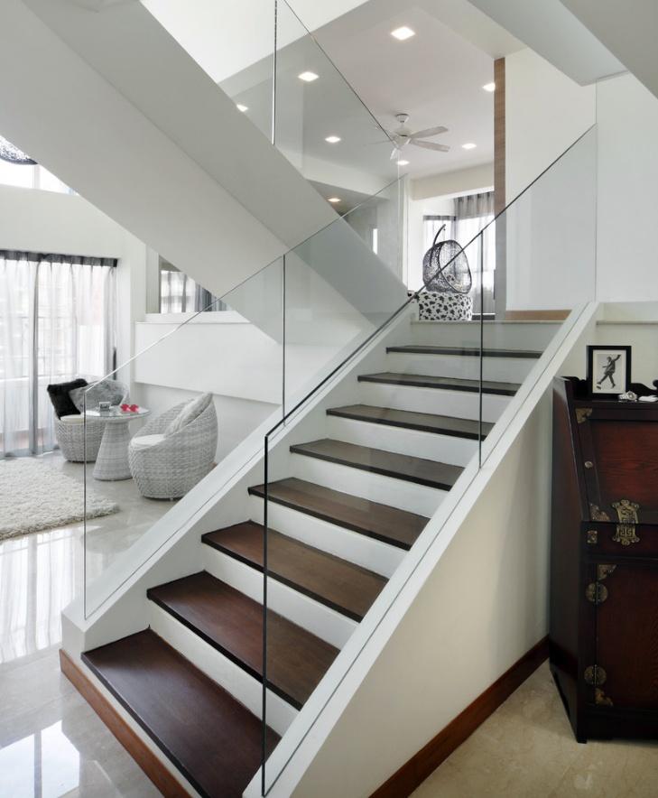 Jika Anda lebih menyukai desain tangga kekinian, Anda bisa menggunakan model yang simpel dan kotemporer seperti contoh di atas. Ditambah dengan pemilihan warna, bahan dan perabotan yang ada di sekelilingnya, tampilan rumah Anda akan semakin sempurna dengan desain tangga ini.