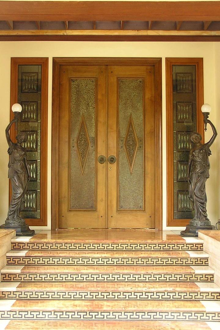 Ternyata, rumah bergaya tropis dan tradisional Bali tidak kalah cantik jika ditambahkan patung di sisi kanan dan kirinya.