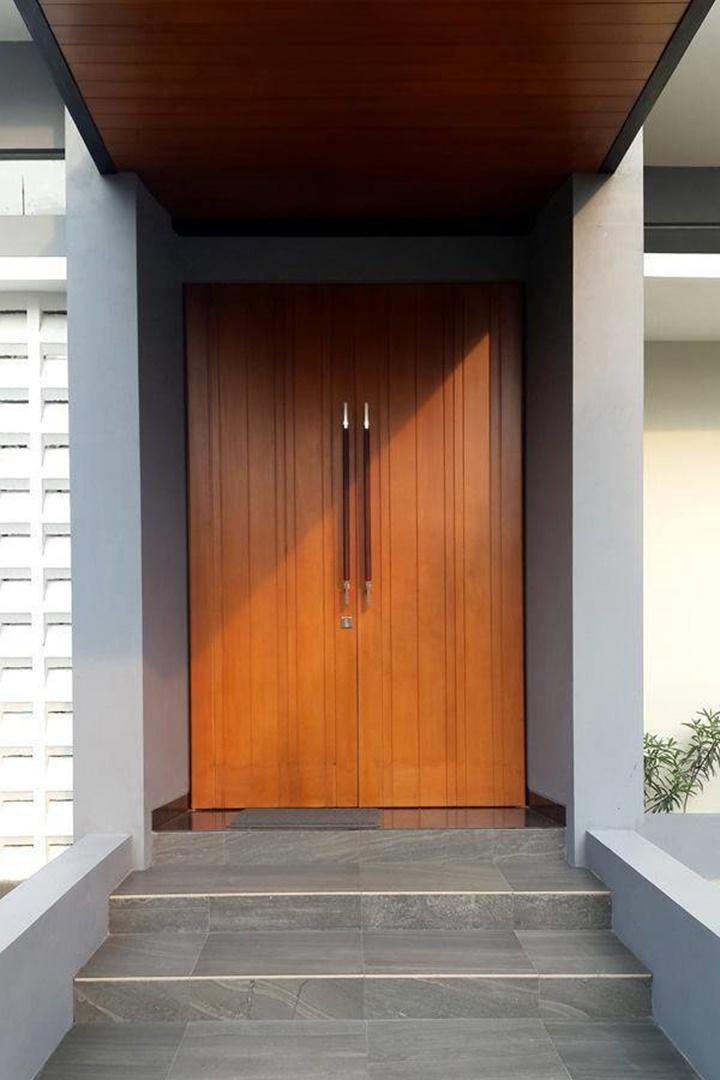 Rumah dengan desain arsitektur modern akan terlihat lebih menarik jika Anda menghadirkan kesan simpel pada bagian pintu masuk. Jadi tidak perlu menambahkan ornamen dan dekorasi yang berlebihan!