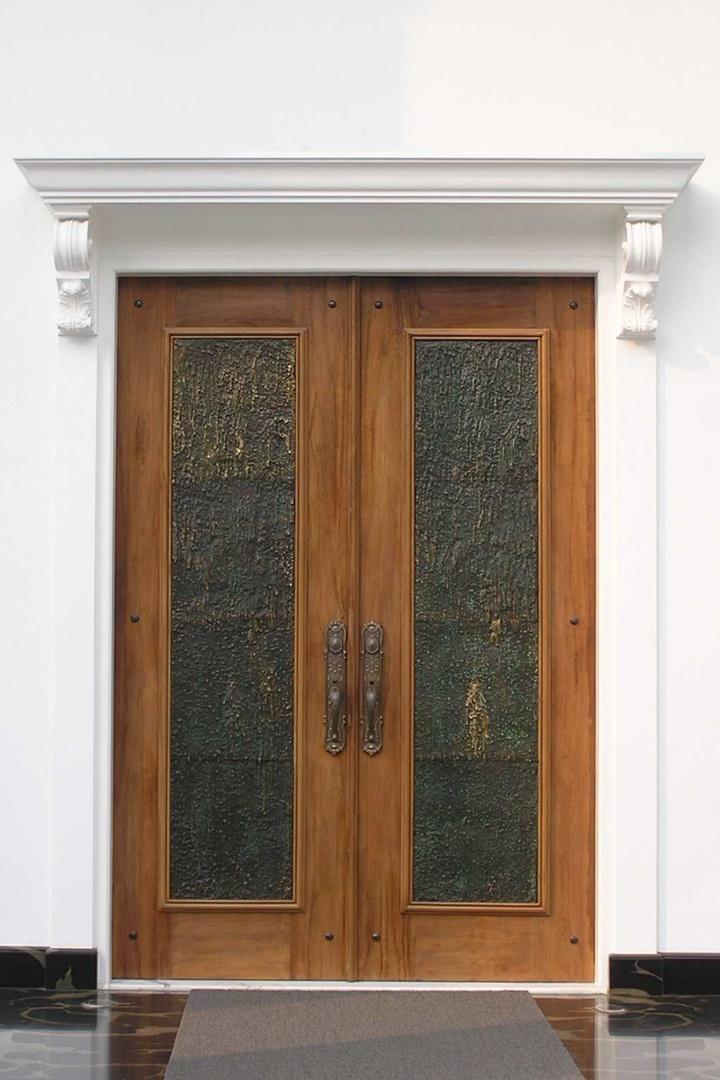 Meskipun terlihat sederhana, tetapi nuansa klasik tetap muncul berkat penggunaan gagang antik dan finishing gipsum pada bagian atas pintu.