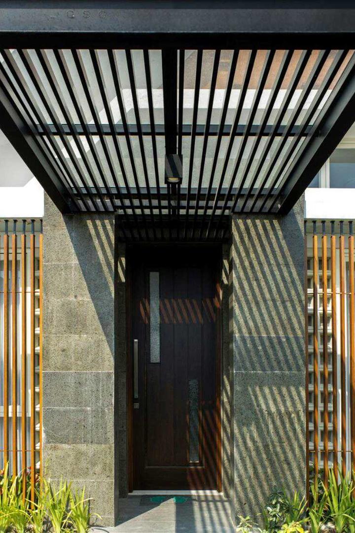 Rumah kontemporer T Junction House Gandaria menggunakan atap kaca sebagai bagian dari desain pintu masuk rumahnya. Hasilnya seperti gambar di atas!
