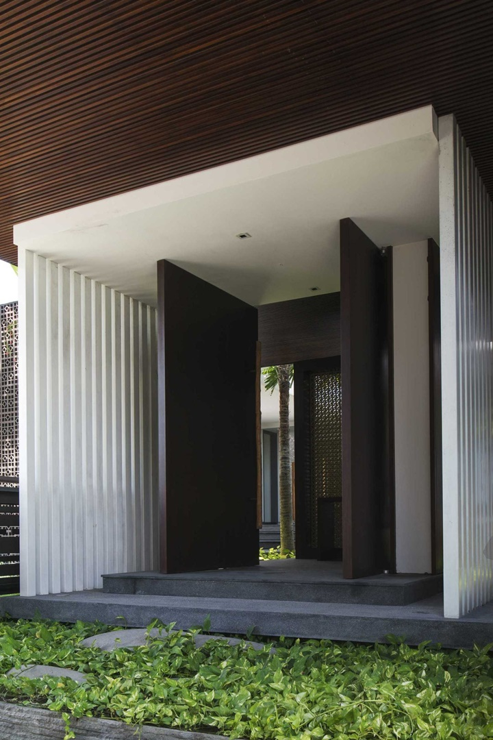 Pintu masuk rumah tidak selamanya berukuran kecil, bisa juga berukuran sangat besar seperti pada Villa WRK di Bali.