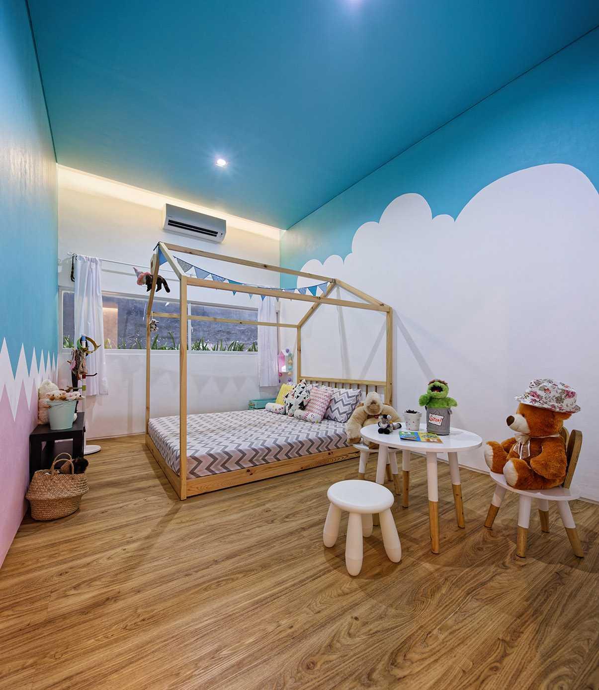 Kamar dengan nuansa biru di rumah tinggal ini sebenarnya didesain sebagai kamar anak. Namun, bukan berarti Anda tak bisa menerapkan corak langit yang tampak menenangkan ini di kamar Anda. Tak hanya memberikan kesan dreamy, kamar pun tampak semakin luas.