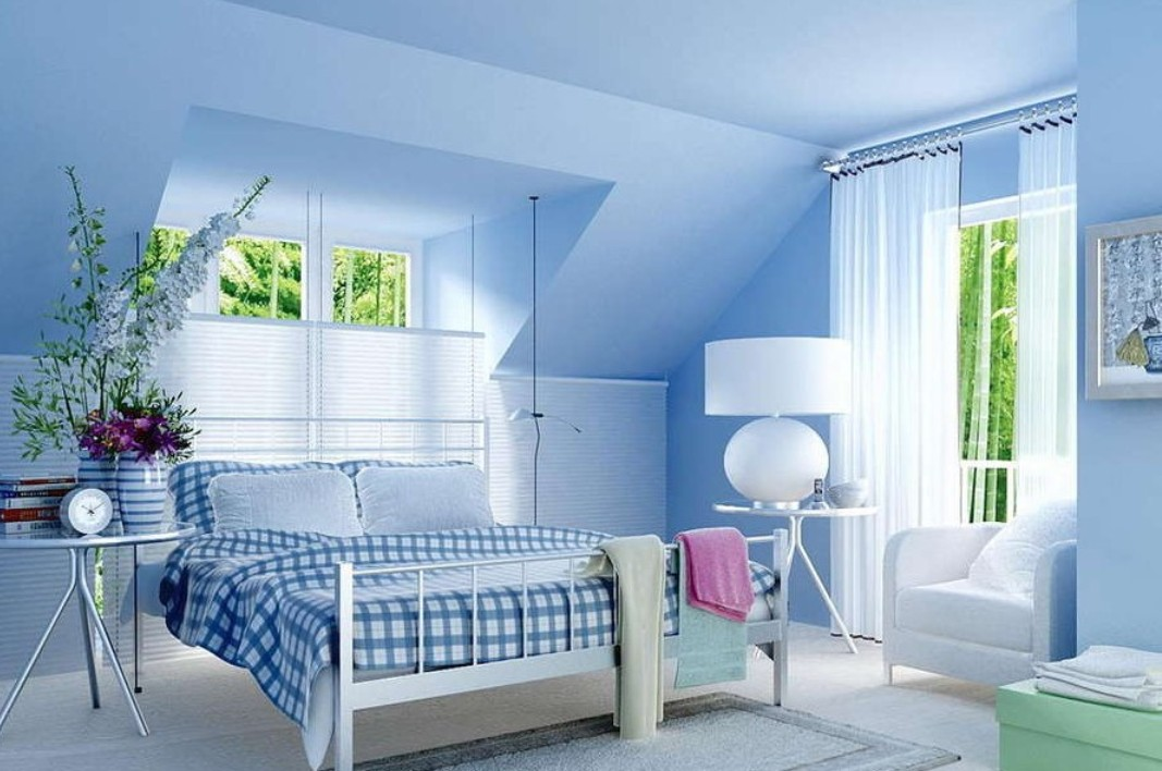 Warna biru muda memang mampu memberikan efek yang menenangkan. Lihat saja kamar serba biru di atas. Pilihan sprei kotak-kotak mampu menciptakan variasi yang semakin mempercantik suasana dalam kamar Anda.