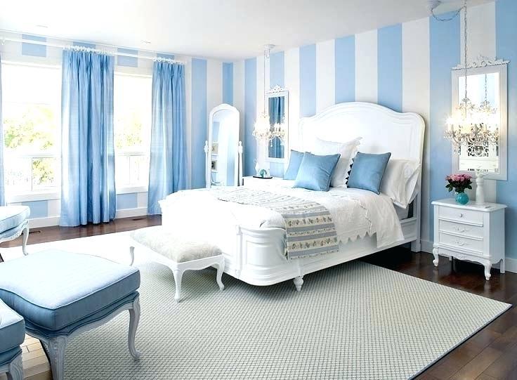 Kamar Tidur Biru dengan Sentuhan Gaya Klasik