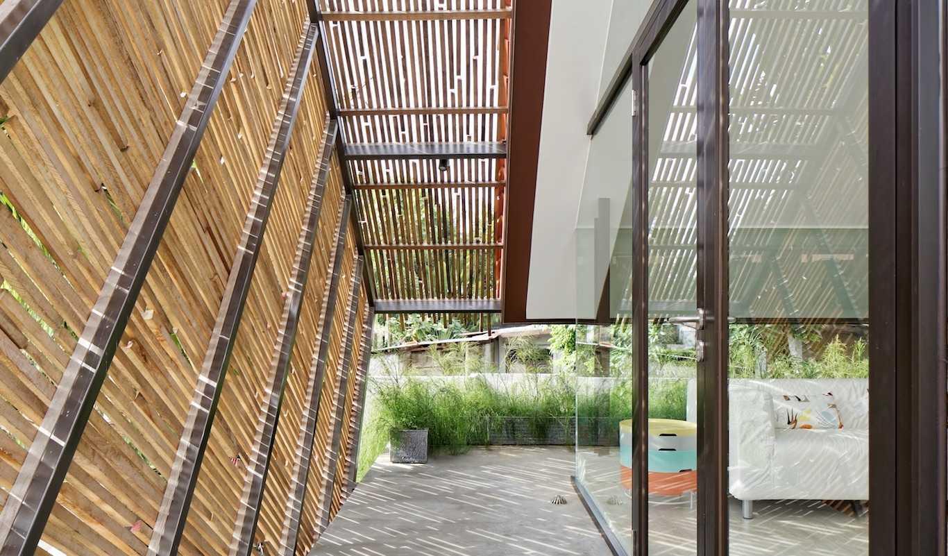 Ciri khas arsitektur tropis yang ditampilkan oleh efek bayangan dari sela-sela susunan bambu (Sumber: arsitag.com)