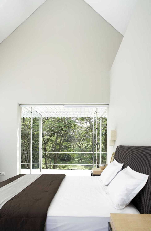 Konsep keseluruhan yang digunakan oleh sang desainer untuk rumah ini adalah konsep minimalis. Kamar tidur yang sederhana dan serba putih ini menonjolkan gaya Skandinavian yang kental. Dengan sebuah jendela besar yang menghadap ke halaman, waktu istirahat yang Anda habiskan di kamar ini akan semakin menyenangkan.