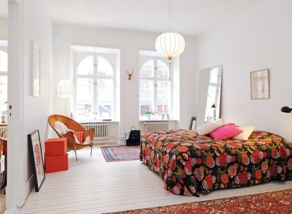 Banyak orang berusaha menyiasati warna putih yang membosankan pada desain Skandinavian dengan menambahkan corak-corak yang padat. Anda bisa melakukan langkah yang sama dengan memilih karpet atau sprei dengan corak warna-warni kesukaan Anda seperti contoh desain di atas.