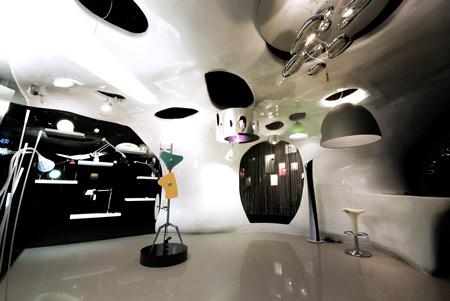 Desain toko ini begitu sempurna untuk perusahaan lampu. Ide dasar desain toko ini adalah sinar matahari yang menembus awan-awan. Materialnya menggunakan bahanpolymerfiber yang ringan dan dibentuk seperti sebongkah 'awan' yang bergerak dari langit-langit ke bawah sepanjang dinding, bahkan membentuk meja yang mampu memberikan kesan elegan dan unik.