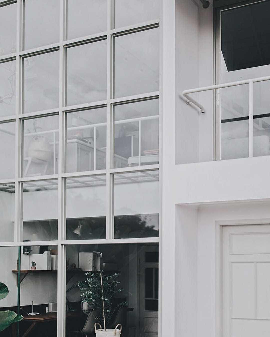 Kesederhanaan desain Hara House sudah tampak dari bagian depan bangunan. Pintunya bergaya klasik dengan cat putih yang mendominasi semua bagian eksteriornya. Dinding transparan dan jendela kaca besar yang terpampang dan memperlihatkan sebagian isi rumah adalah pesona lain yang dimiliki oleh hunian ini.