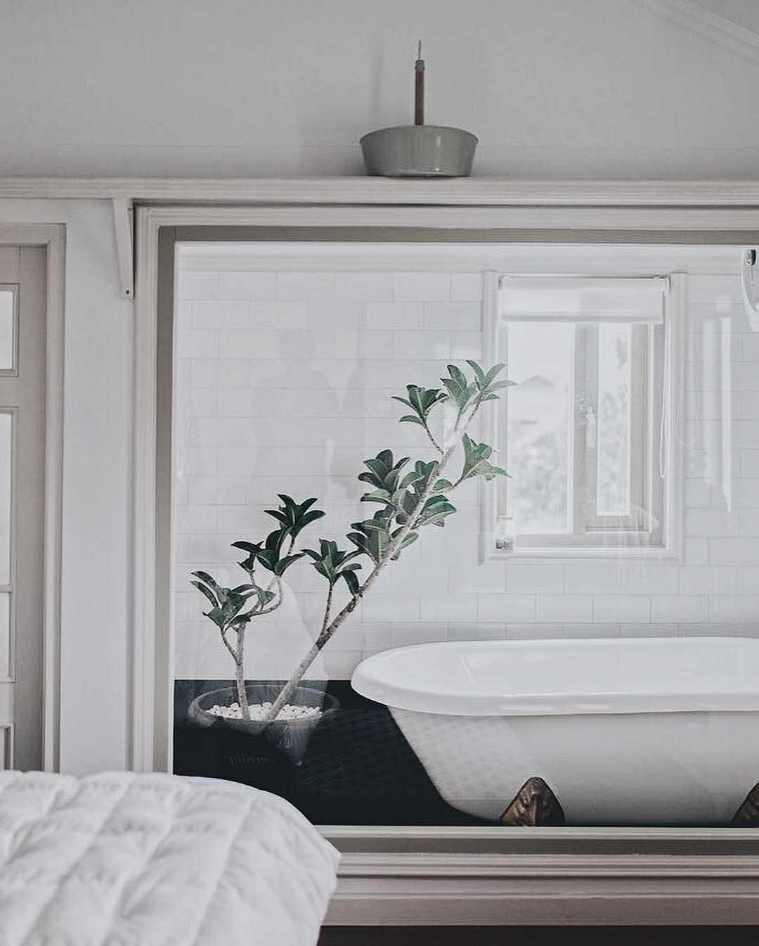 Kamar mandi yang berada dekat dengan kamar tidur dipasangi sebuah bathtub kecil yang tampak nyaman. Sebuah pot berisi bunga menjadi hiasan sekaligus menyegarkan suasana di dalamnya. Cocok sekali untuk Anda yang ingin menghabiskan waktu lama berendam di air hangat sambil melepaskan lelah. Menarik, bukan?