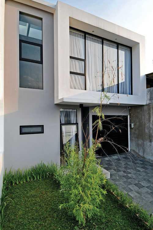 Dari luar, Urban Pop House tampil simpel layaknya rumah modern sederhana yang berada di perkotaan. Dengan model kubik, jendela, pintu masuk, hingga lantai teras menggunakan pola petak-petak dan warna yang cenderung monokrom. Menyiasati tampilan luarnya agar tampak lebih hidup, sebuah taman kecil pun dibangun untuk mencerahkan suasana.