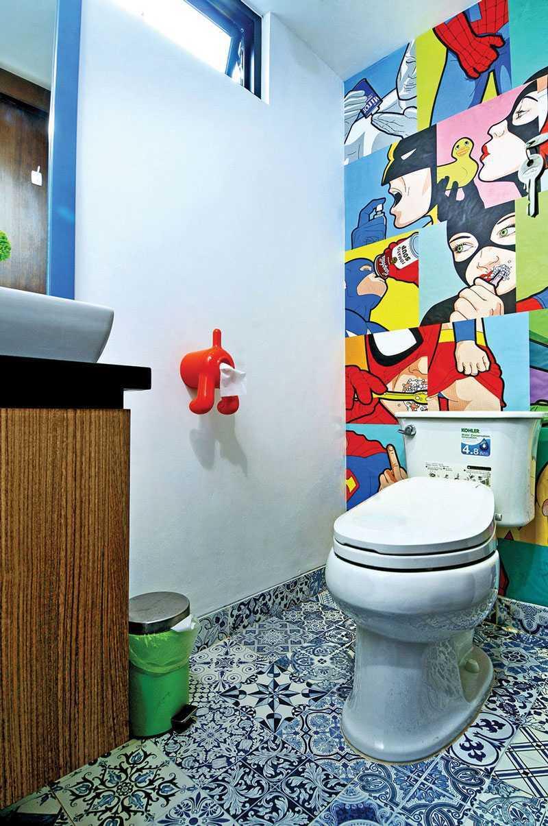 Pemilihan corak lantainya yang unik dan 'ramai', membuat kamar mandi rumah ini tidak biasa. Kehadiran lukisan superhero di salah satu sisi dinding memberikan nuansa urban yang kental dan tentu saja menjadi poin penting dalam desain interiornya. Lucu, bukan?