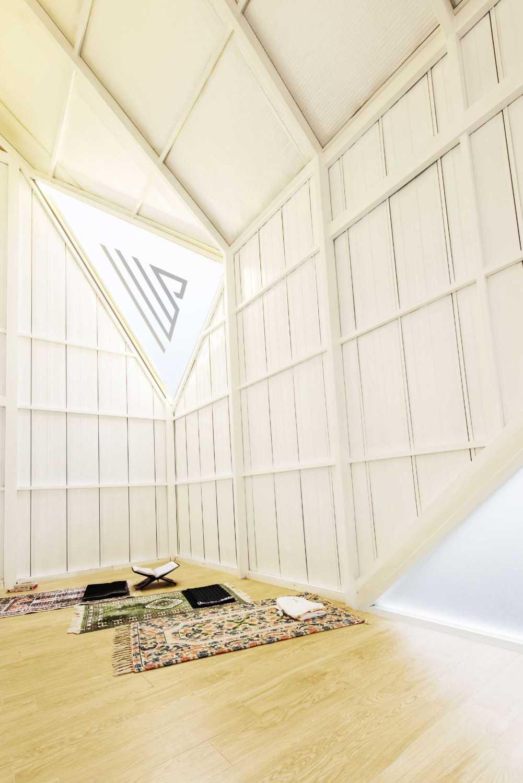 Mushola dengan nuansa ruangan serba putih ini berada di dalam sebuah rumah hunian di Kota Bandung. Proyek yang diberi nama Norhouse: Rumah Cahaya ini memang membawa konsep minimalis dengan warna-warna putih dan material kayu di berbagai sudut bangunan. Jika Anda menginginkan desain mushola minimalis, Anda bisa mengadaptasi desain ini.