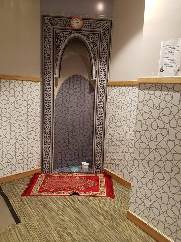 Sentuhan gaya timur tengah di ruang ibadah bisa Anda berikan dengan pemilihan karpet bergaya Maroko. Bisa juga dengan memilih tile dinding yang bernuansa sama seperti contoh di atas.