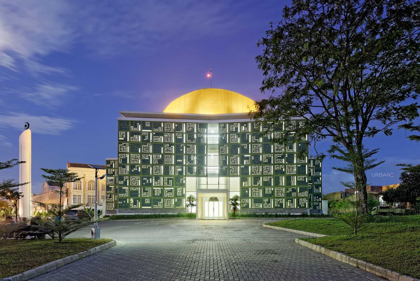 Masjid yang dibangun di Kota Tangerang Selatan ini tampil dengan gaya eksteriornya yang unik. Selain kubahnya yang menjulang, bagian dindingnya diberi relief kaligrafi cantik yang membuat tampilannya semakin megah.