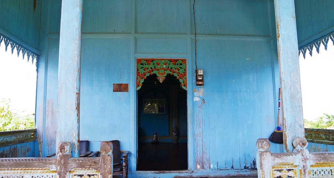 Dinding.Dinding pada rumah ini terdiri dari papan yang dipasang dengan posisi berdiri, sehingga di samping tiang dibutuhkan Turus Tawing dan Balabad untuk merekatkan.