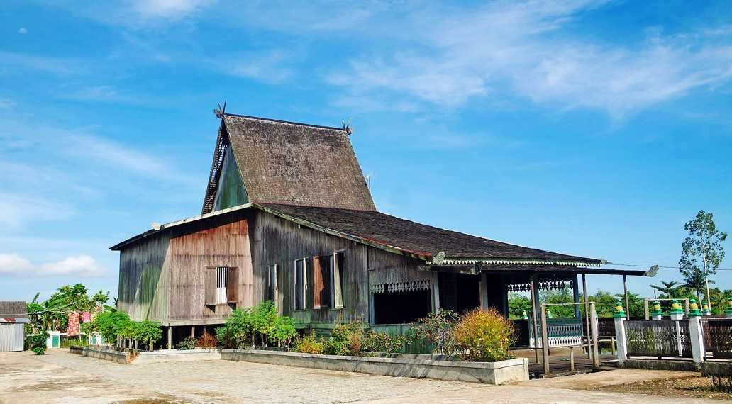 Atap.Atap bangunan biasanya merupakan ciri yang paling menonjol dari suatu bangunan, termasuk rumah Baanjung. Atap juga merupakan salah satu alasan rumah ini disebut sebagai rumah Bubungan Tinggi. Bahan atap terbuat dari sirap dengan bahan kayu Ulin atau atap dari bahan rumbia.
