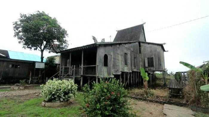 """Rumah tradisional Banjar ini dibangun dengan beranjung yang dalam Bahasa Banjar """"Baanjung"""", yaitu sayap bangunan yang menjorok dari samping kanan dan kiri bangunan utama."""