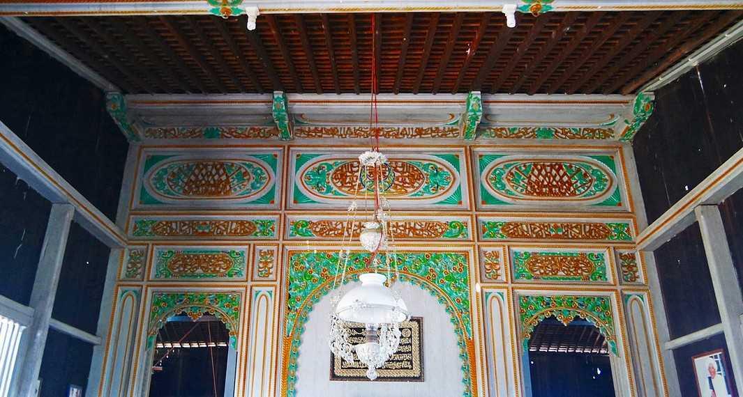 Ukiran.Ukiran biasanya ditempatkan pada bagian yang konstruktif seperti tiang, tataban, papilis, dan tangga. Islam menjadi pengaruh terbesar pada kesenian yang berkembang di daerah Kalimantan, maka motif yang banyak digunakan adalah motif floral daun dan bunga. Terdapat pula ukiran berbentuk kaligrafi.