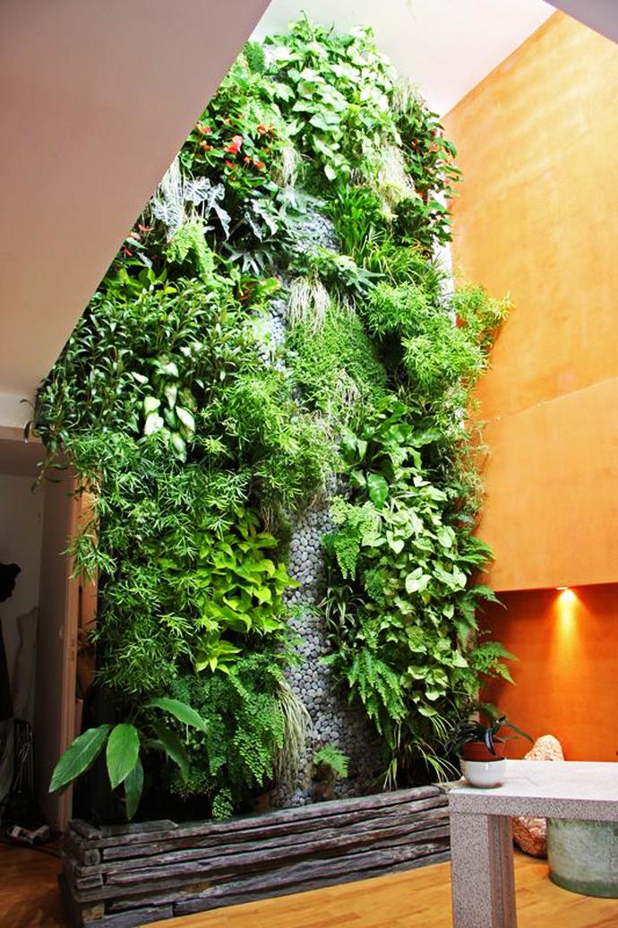 Bosan dengan desain taman konvensional? Anda bisa mencoba vertical garden,yaitu teknik tata taman yang memadukan beberapa jenis tanaman dengan mengunakan media tertentu, misalnya dengan metode hidroponik dan ditata pada dinding secara vertikal.