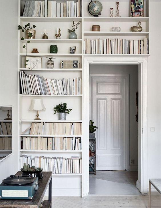 Furnitur gaya Scandinavia sangat cocok dengan urban style (interior gaya urban). Interior urban lebih dinamis dengan model furnitur yang ramping, sama seperti dengan furnitur Scandinavia. Meskipun terkesan minimalis, furnitur Scandinavia punya nilai seni yang tinggi.