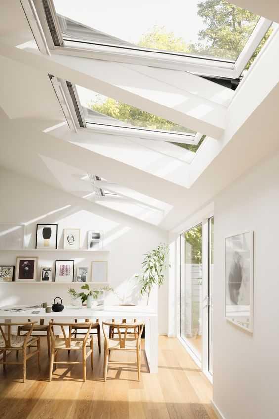 Jendela besar untuk pencahayaan. Jendela yang besar sangat digemari oleh orang Scandinavia. Hal ini mungkin disebabkan oleh sedikitnya sinar matahari saat musim dingin. Jendela besar dari lantai hingga atap rumah banyak digunakan agar sinar matahari natural dapat masuk ke dalam rumah dengan sempurna. Dengan ini, Anda juga dapat menghemat energi dengan tidak menggunakan lampu pada siang hari.