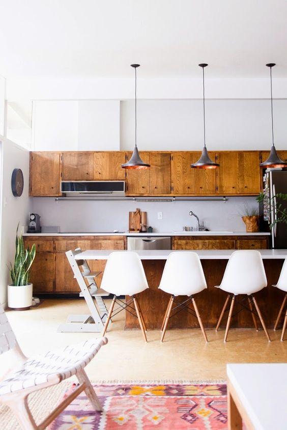 Ada beberapa ciri-ciri khas dapur midcentury modern yang dapat ditonjolkan dan bernilai tinggi daripada disingkirkan selama renovasi. Kebanyakan dapur yang dibangun selama periode itu bersifat masif, sering kali bergaya dapur kapal, dengan dua counter sejajar. Dapur midcentury modern biasanya bukan ruang yang ditentukan secara terpisah. Sebaliknya, ada kontinuitas antara dapur dan ruang tamu yang bersebelahan, yang diciptakan oleh bidang langit-langit yang luas, seperti pada dapur di atas.