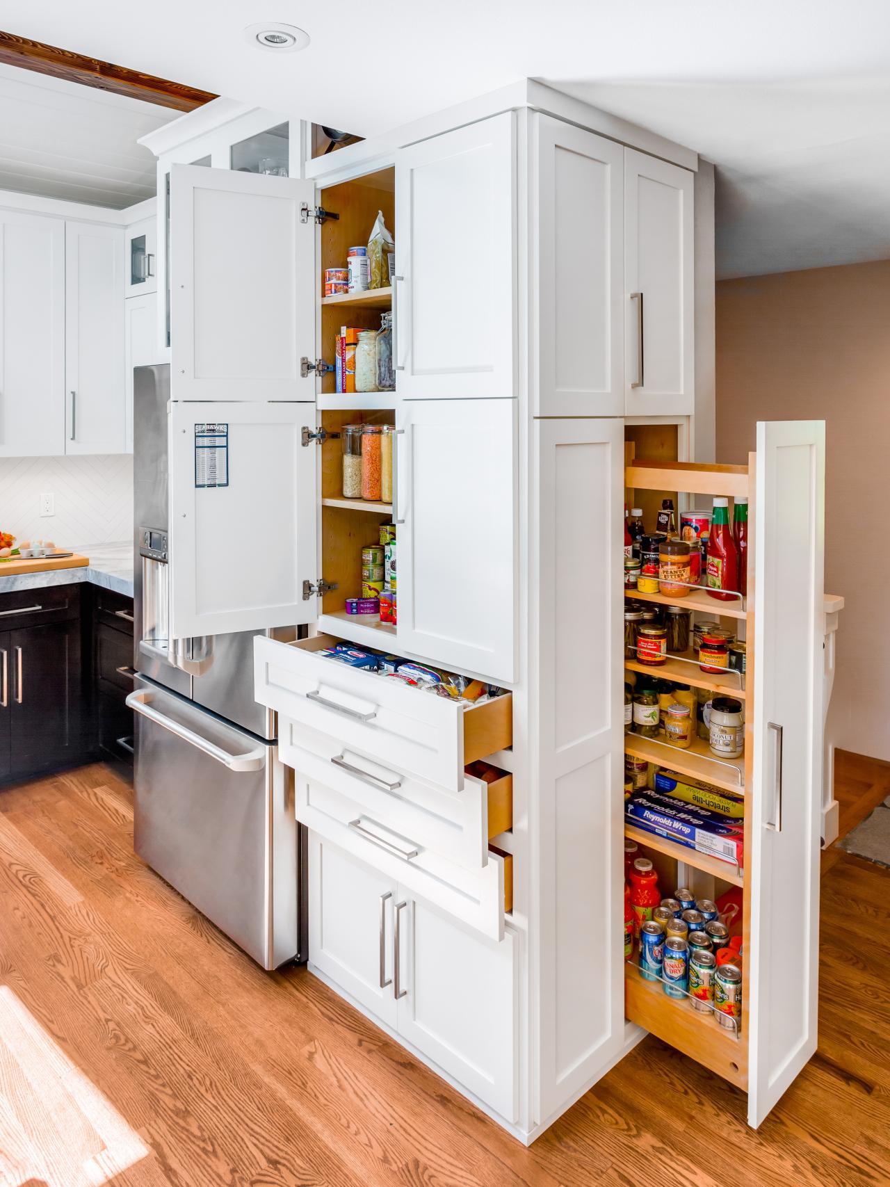 Dalam renovasi dapur ini, terdapat penyimpanan tersembunyi, di belakang panel kayu yang elegan dengan hardware tersembunyi.