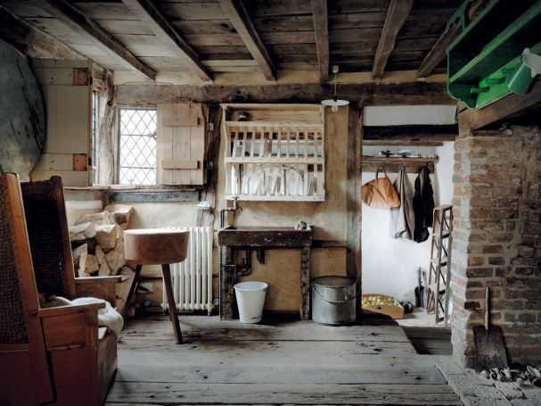 Wanita biasanya akan sibuk di dapur untuk memasak makanan, mambuat roti dengan panggangan yang terbuat dari batu bata, dan memasak air untuk keluarga. Pada arsitektur Tudor, dapur berubah dari yang sebelumnya merupakan pusat dari rumah menjadi terpisah. Kadang, bahkan dapur terletak di bangunan terpisah. Hal ini diawali oleh Raja Henry VIII yang tidak menyukai bau masakan dan takut akan risiko kebakaran sehingga dapur ditempatkan sejauh mungkin.