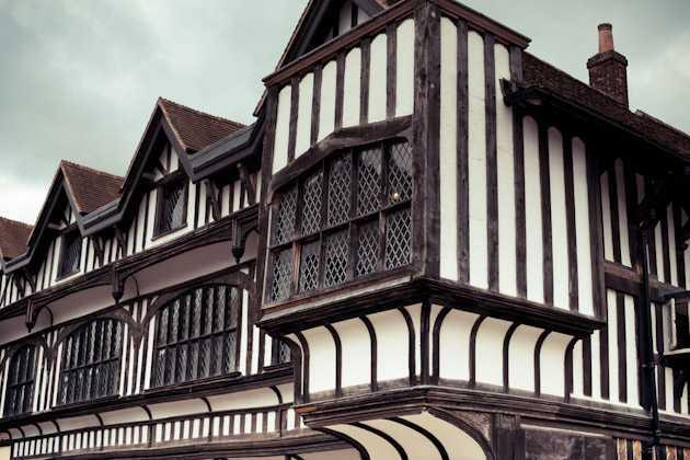 Kerangka bangunan dari rumah Tudor dibuat menggunakan balok kayu. Biasanya kerangka bangunan terlihat tidak rata karena potongan kayu dipotong dengan tangan bukan mesin. Kerangka bangunan ini juga terlihat hingga ke tampilan luar bangunan dan dilapisi dengan tar hitam agar tidak cepat keropos.