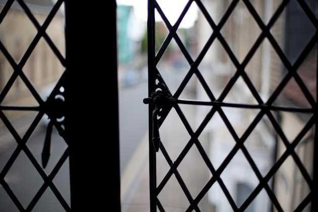 Hampir setiap rumah juga memiliki halaman yang besar. Kamar di dalam rumah dibuat sangat besar dan dipenuhi cahaya sinar matahari. Pada era Tudor, kaca pertama kali digunakan di rumah-rumah. Kaca merupakan sebuah benda mewah pada masa itu sehingga pemakaian banyak kaca di jendela mencerminkan status kekayaan. Saat itu sangat sulit membuat potongan-potongan besar kaca sehingga panel yang digunakan biasanya kecil dengan pola silang yang disebut lattice.